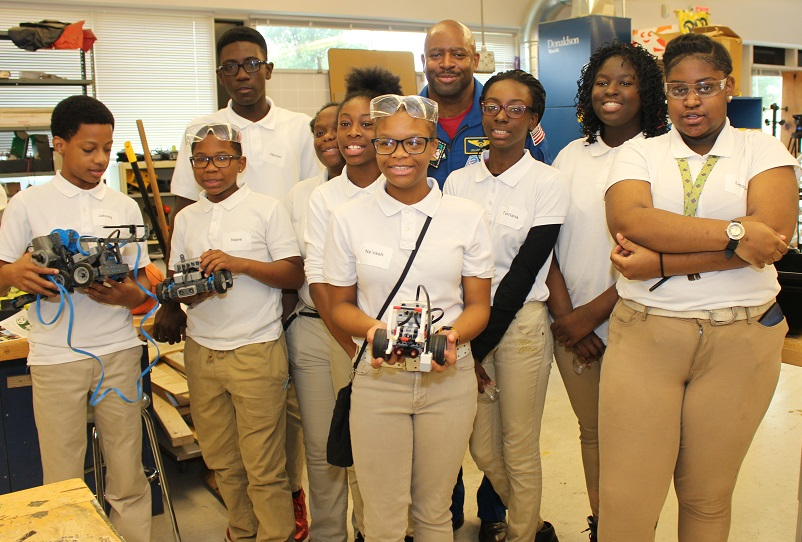 aoegt-hosts-leland-melvin-and-rawson-8th-graders-group